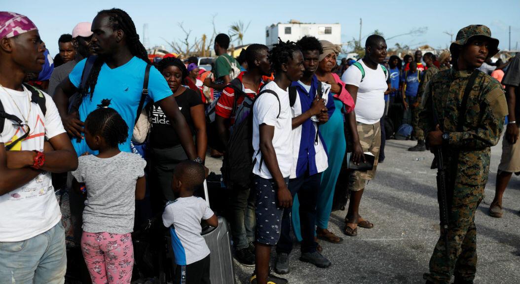 EL 6 de septiembre de 2019, un soldado controla a la multitud en el puerto gubernamental de Marsh Harbour durante una operación de evacuación después de que el huracán Dorian golpeara las islas Abaco en Marsh Harbour, Bahamas.