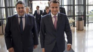 Le ministre français de l'Économie Emmanuel Macron et son homologue allemand Sigmar Gabriel lors d'une réunion à Paris en août 2014.