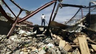 أنقاض مستودع للأغذية استهدفته غارة للتحالف العربي بقيادة السعودية في صنعاء في 26 أكتوبر 2015
