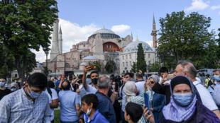 Des personnes rassemblées devant l'ex basilique Sainte-Sophie à Istanbul, le 11 juillet 2020