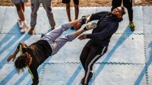 Deux membres de la fédération égyptienne de catch (EWR) s'entraînent à Ismaïlia en Egypte, le 28 juin 2018