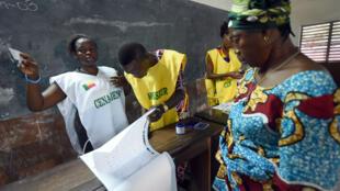 Des membres de la Commission électorale nationale autonome (Céna), dans un bureau de vote, à Cotonou, le 6 mars 2016.