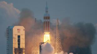 À 12h05 GMT, la puissante fusée Delta IV Heavy, contenant la capsule Orion, a décollé.
