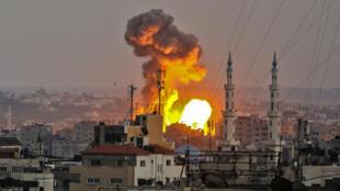 Une explosion causée par les bombardements israéliens sur la ville de Gaza, le 20 juillet 2018.