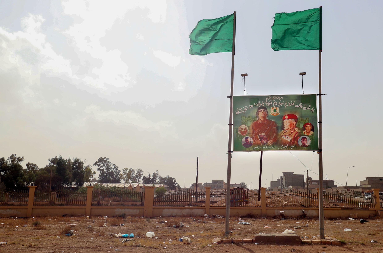 صورة للزعيم الليبي السابق معمّر القذافي على مدخل مدينة بني وليد في غرب ليبيا في 14 تشرين الأول/أكتوبر 2021.