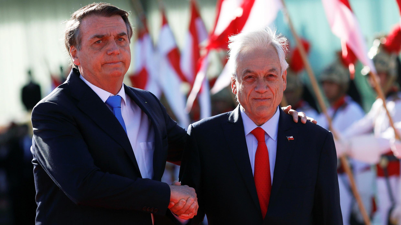 El presidente de Brasil, Jair Bolsonaro (izq), saluda a su homólogo chileno, Sebastián Piñera (der), en Brasilia, Brasil, el 28 de agosto de 2019.