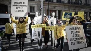 نشطاء في حقوق المرأة أثناء مظاهرة نظمتها منظمة العفو الدولية خارج سفارة السعودية في باريس، 8 مارس/آذار 2019
