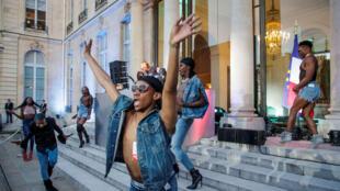 DJ Kiddy Smile y bailarines celebran la 'Fiesta de la Música´ en el patio del Palacio presidencial del Elíseo, en París, el 21 de junio de 2018.