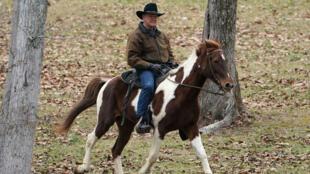 El candidato republicano al Senado, Roy Moore, llega en su caballo para votar en Gallant, Alabama, el 12 de diciembre de 2017