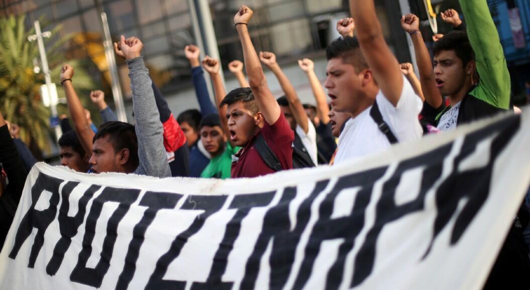 Estudiantes participan en una marcha en la Ciudad de México para conmemorar el 65º mes desde la desaparición de los 43 estudiantes desaparecidos de Ayotzinapa, el 26 de febrero de 2020.