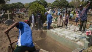 Entierro de un hombre que murió con síntomas de covid-19 en Nicaragua, el 9 de mayo de 2020 en Managua