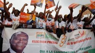 Partidarios del partido presidencial reaccionan durante un mitin en Yopougon, Abidjan, el 17 de octubre de 2020.