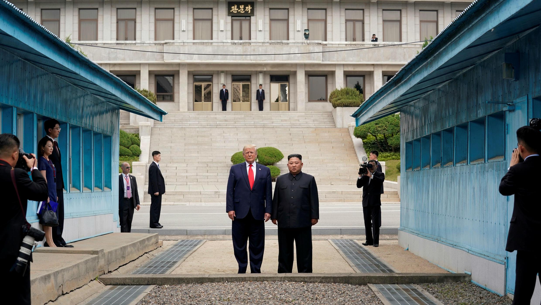 El presidente Donald Trump, y el líder norcoreano, Kim Jong-un, se encuentran en la línea de demarcación de la zona desmilitarizada que separa a las dos Coreas, en Panmunjom, Corea del Sur, el 30 de junio de 2019.
