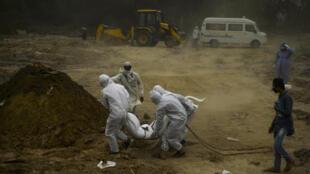 Enterrement à New Delhi d'une personne morte du Covid-19, le 10 mai 2020