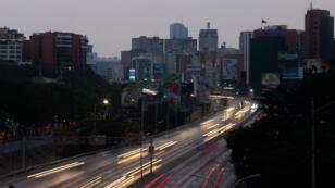 Vue de l'autoroute de Francisco Fajardo, plongée dans la pénombre après une nouvelle panne électrique, le 25 mars.