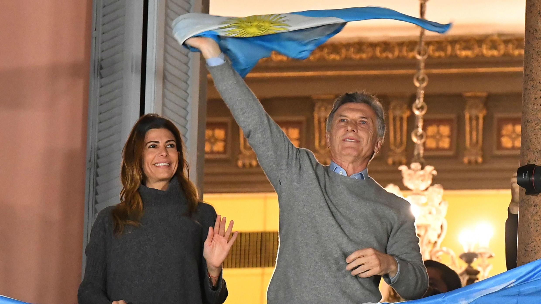 Mauricio Macri y su esposa saludan a sus simpatizantes desde un balcón de la Casa Rosada.