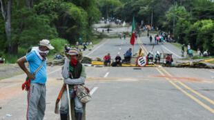 Los indígenas establecieron una barricada que bloqueaba la carretera panamericana durante una protesta en Mondomo, departamento del Cauca, Colombia, el 14 de marzo de 2019.