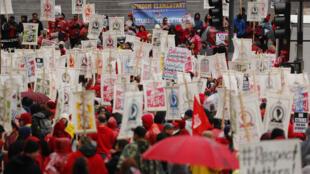 Con pancartas ante el ayuntamiento, más de 30.000 maestros de escuelas públicas de Los Ángeles iniciaron una huelga indefinida en California, Estados Unidos, el 14 de enero de 2019.