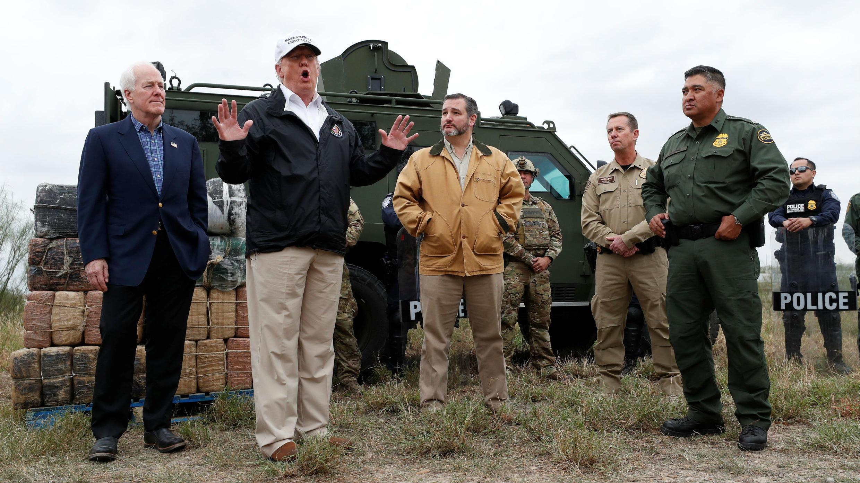 El presidente Donald Trump habla con los reporteros al visitar las orillas del Río Grande con los senadores John Cornyn y Ted Cruz y los agentes de la Patrulla Fronteriza y Aduanas de Estados Unidos, el 10 de enero de 2019.