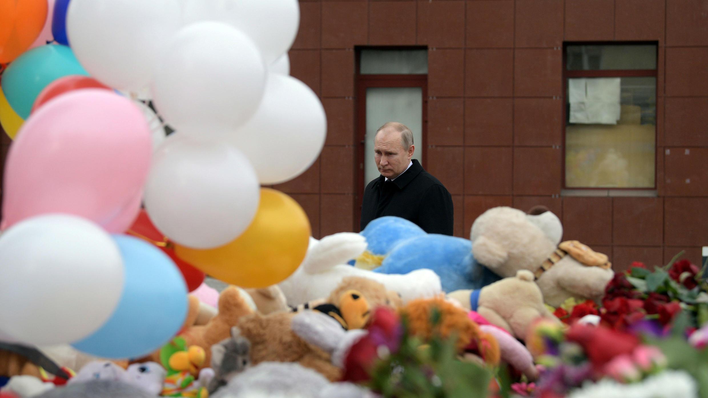 El presidente Vladímir Putin visita el lugar del incendio, que mató al menos a 64 personas en un concurrido centro comercial, en Kemerovo, Rusia, 27 de marzo de 2018.