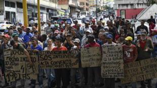 Des ouvriers du secteur pétrolier manifestent, le 18 juin à Caracas, avant la venue de la Haut-Commissaire de l'ONU aux droits de l'Homme Michelle Bachelet.
