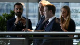 Mark Zuckerberg à son arrivée à Bruxelles en compagnie de l'Italien Antonio Tajani, présidient du Parlement européen.