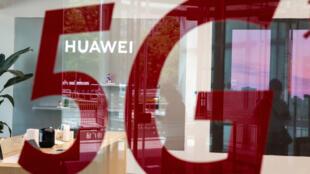 La France n'a pas explicitement interdit le matériel Huawei pour le déploiement du futur réseau 5G, mais l'Agence nationale chargée de la sécurité informatique a fortement restreint les autorisations d'exploitation, conformément aux dispositifs de la loi du 1er août 2019.