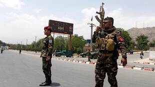 Las fuerzas de seguridad afganas vigilan el sitio de un ataque suicida en Kabul, Afganistán, el 4 de junio de 2018.