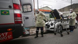 Un patient transporté à l'hôpital à Santo Andre, dans l'État de Sao Paulo, au Brésil, le 7 mai 2020.