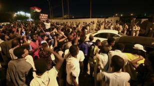 Les manifestants soudanais continuent de se rassembler près du QG de l'armée dans le centre de Khartoum, lundi 13 mai.