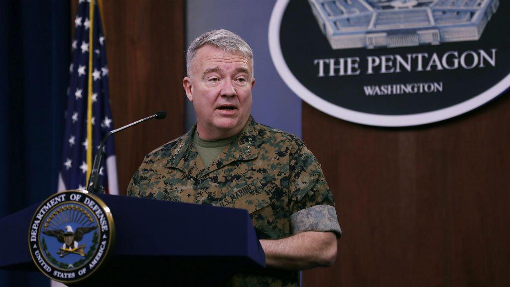 El general de la Infantería de Marina, Kenneth F. McKenzie, comandante del Comando Central de EE. UU., habla con los periodistas sobre la respuesta militar a los ataques con cohetes que mataron a dos miembros del servicio de EE. UU. y el Reino Unido en Irak, en el Pentágono, en Arlington, Virgina, Estados Unidos, el 13 de marzo de 2020.
