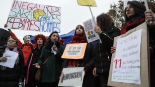 Le 7novembre 2016, des centaines de personnes se sont réunies place de la République à Paris pour protester contre les inégalités de salaire entre hommes et femmes.