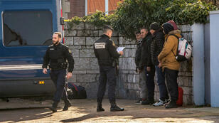 Des gendarmes contrôlent l'identité de migrants à Calais, le 14 février 2017.