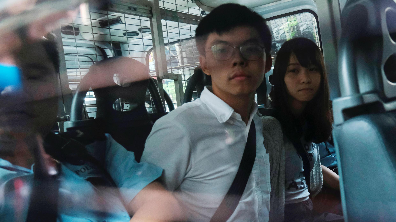 Los activistas Joshua Wong y Agnes Chow habían sido llevados al Tribunal del Este tras ser arrestados bajo sospecha por organizar protestas ilegales, en Hong Kong, el 30 de agosto de 2019.