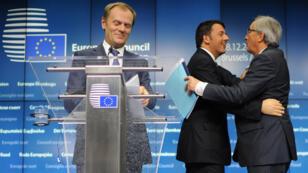 Le président du Conseil italien, Matteo Renzi, et Jean Claude Juncker se félicitent de la validation du plan d'investissement, aux côtés du président du Conseil Donald Tusk, le 18 décembre à Bruxelles.