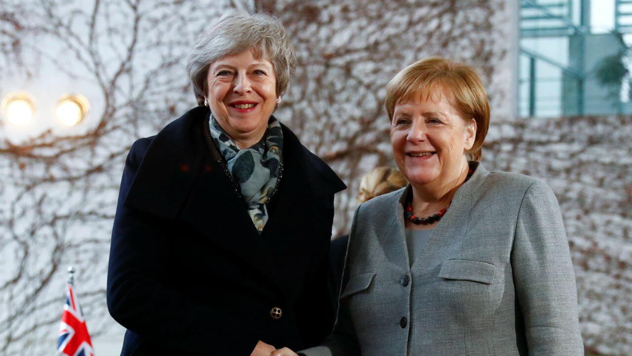 La primera ministra británica, Theresa May, es recibida por la canciller alemana, Angela Merkel, en la cancillería de Berlín, Alemania, el 11 de diciembre de 2018.