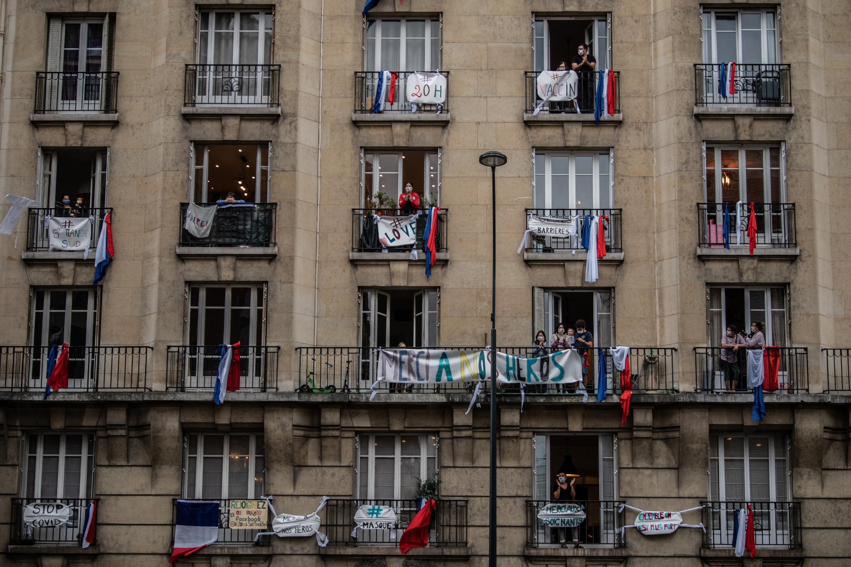 A Saint-Mandé, en banlieue parisienne, le 4 mai 2020, au quarante-neuvième jour de confinement, comme partout ailleurs sur le territoire, de nombreux Français se rassemblent à 20 heures aux fenêtres, balcons et jardins pour applaudir le personnel soignant qui tente de sauver les patients atteints de formes graves du Covid-19.