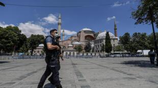 شرطيان تركيان يجوبان في محيط آيا صوفيا في اسطنبول، 11 تموز/يوليو 2020
