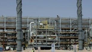 عمال آسيويون في ورشة بناء تابعة لأرامكو بالصحراء على بعد 160 كلم شرق الرياض 23 يونيو 2008