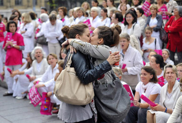 Julia Pistolesi and Auriane Susini kiss in front of shocked anti-gay marriage protesters. Photo Gérard Julien/ AFP.