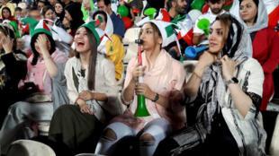 Mujeres iraníes presencian el partido Irán-España en el estadio Azadí de Teherán, el 20 de junio de 2018.