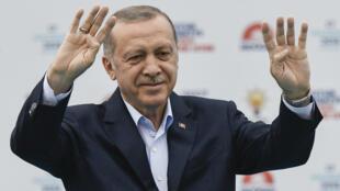 El presidente de Turquía, Recep Tayyip Erdogan, líder del Partido Justicia y Desarrollo (AKP), asiste a una manifestación del AKP en la plaza Yenikapi de Estambul, el 17 de junio de 2018.