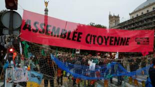 """Une banderole """"Assemblée citoyenne"""" accrochée par Extinction Rebellion place du Châtelet, le 7 octobre 2019, à Paris."""