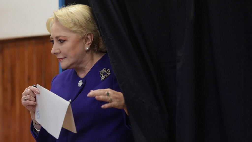 La ex primer ministra rumana y candidata presidencial Viorica Dancila emite su voto en la primera vuelta de una elección presidencial el 10 de noviembre de 2019.