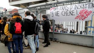 La faculté de Tolbiac, à Paris, est bloquée pour protester contre la hausse des frais d'inscriptions.