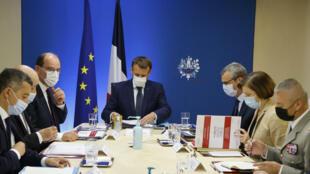 """Le président Emmanuel Macron (c), avec ses ministres, lors d'un conseil de défense """"exceptionnel"""" sur l'affaire Pegasus, le 22 juillet 2021 à l'Elysée, à Paris"""