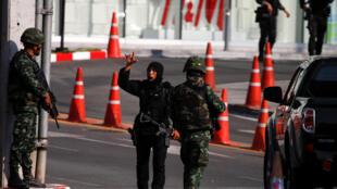 عناصر من قوات الأمن التايلاندية خلال عملية إخلاء مركز تجاري بشمال شرق البلاد في حادثة غير مسبوقة بهذا البلد. 9 فبراير/شباط 2020.