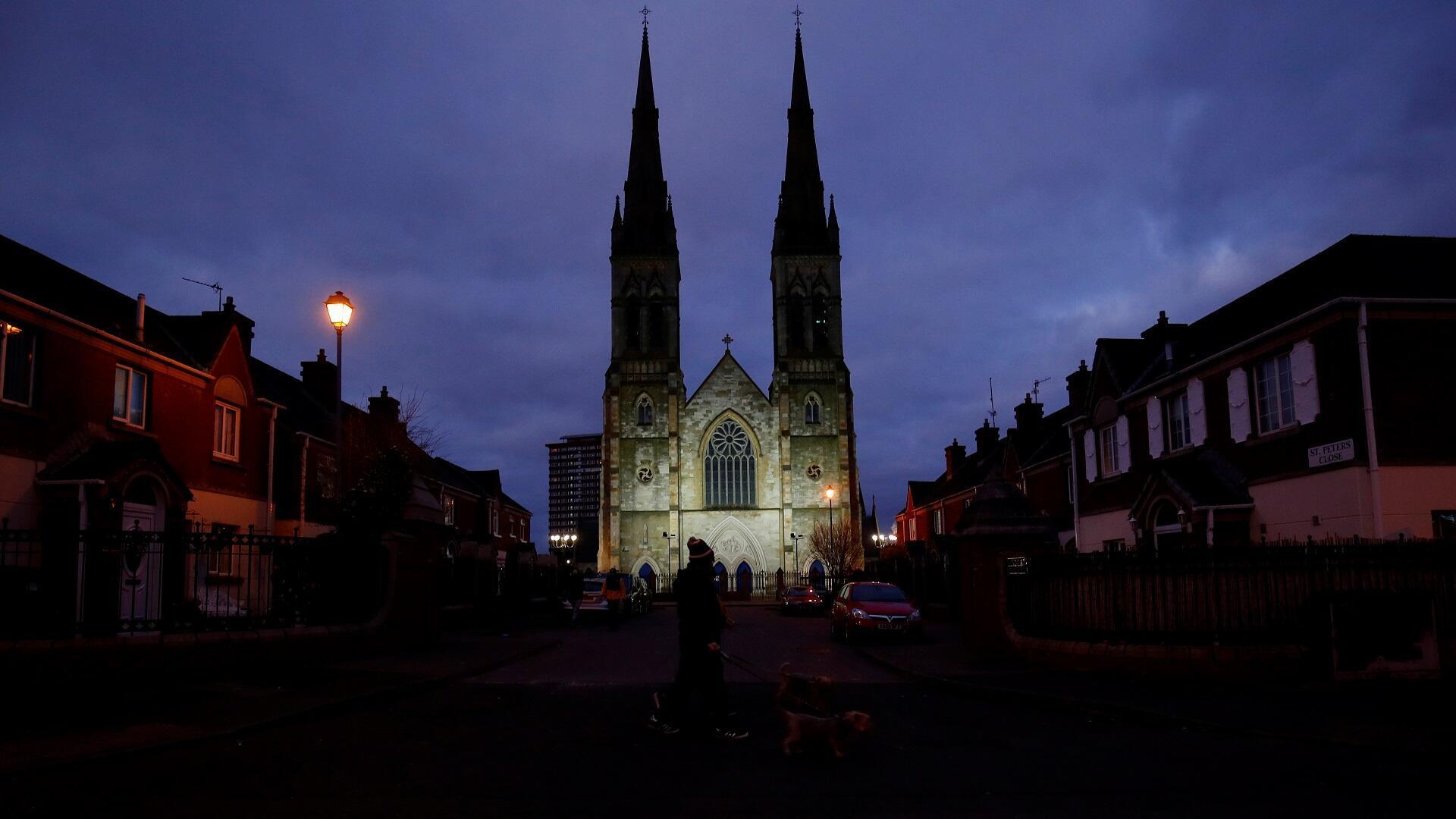 الساحة أمام كنيسة القديس بيتر بمدينة بلفاست البريطانية في إيرلندا الشمالية شبه خالية من الزوار والمصلين بسبب فيروس كورونا، 31 مارس/آذار 2020.
