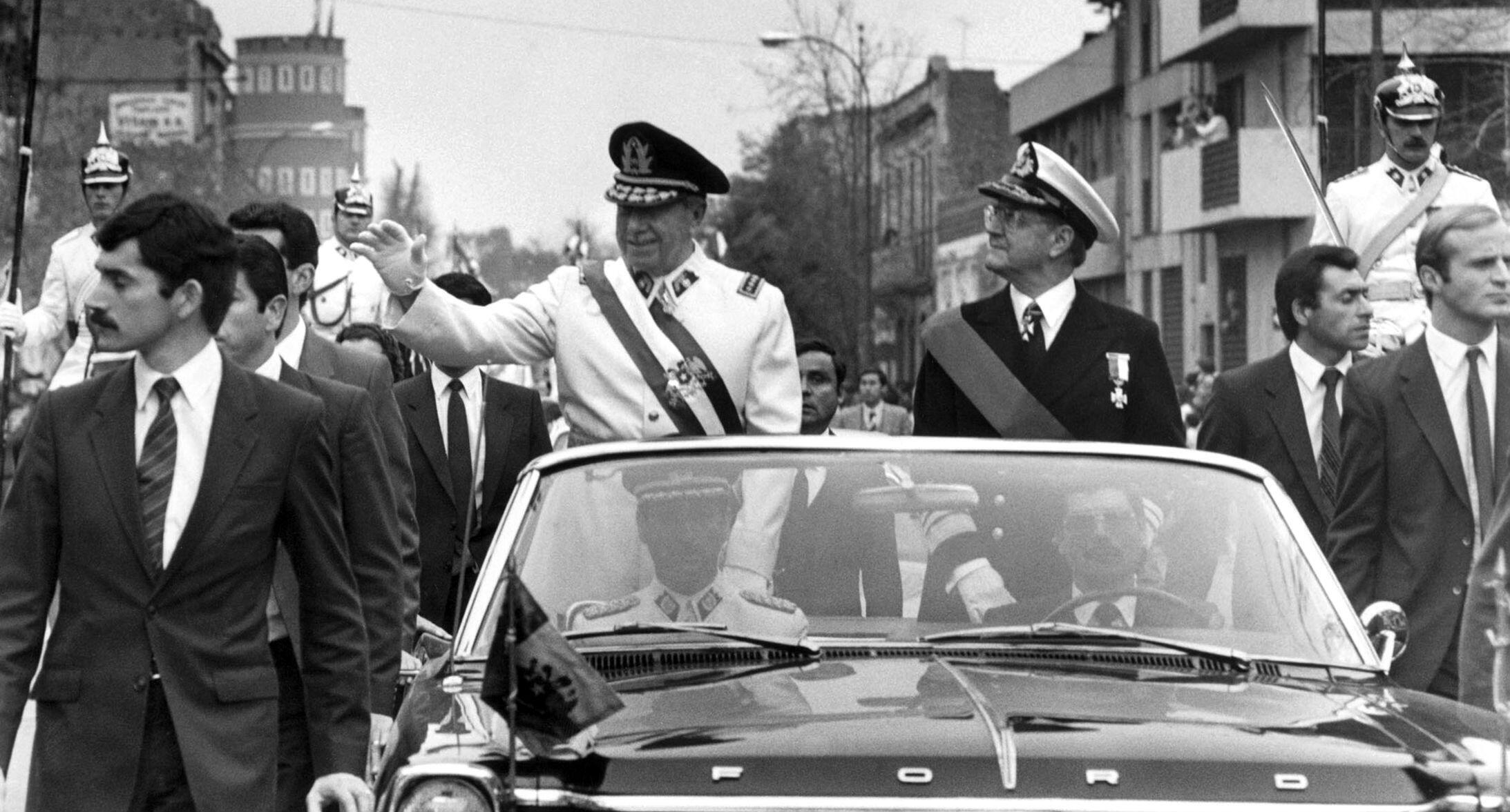 El dictador chileno Augusto Pinochet, saluda desde su auto en las calles de Santiago de Chile, después de dar un golpe Estado. 11 de septiembre de 1973.