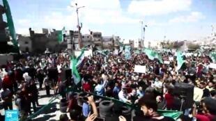 متظاهرون في محافظة إدلب السورية.